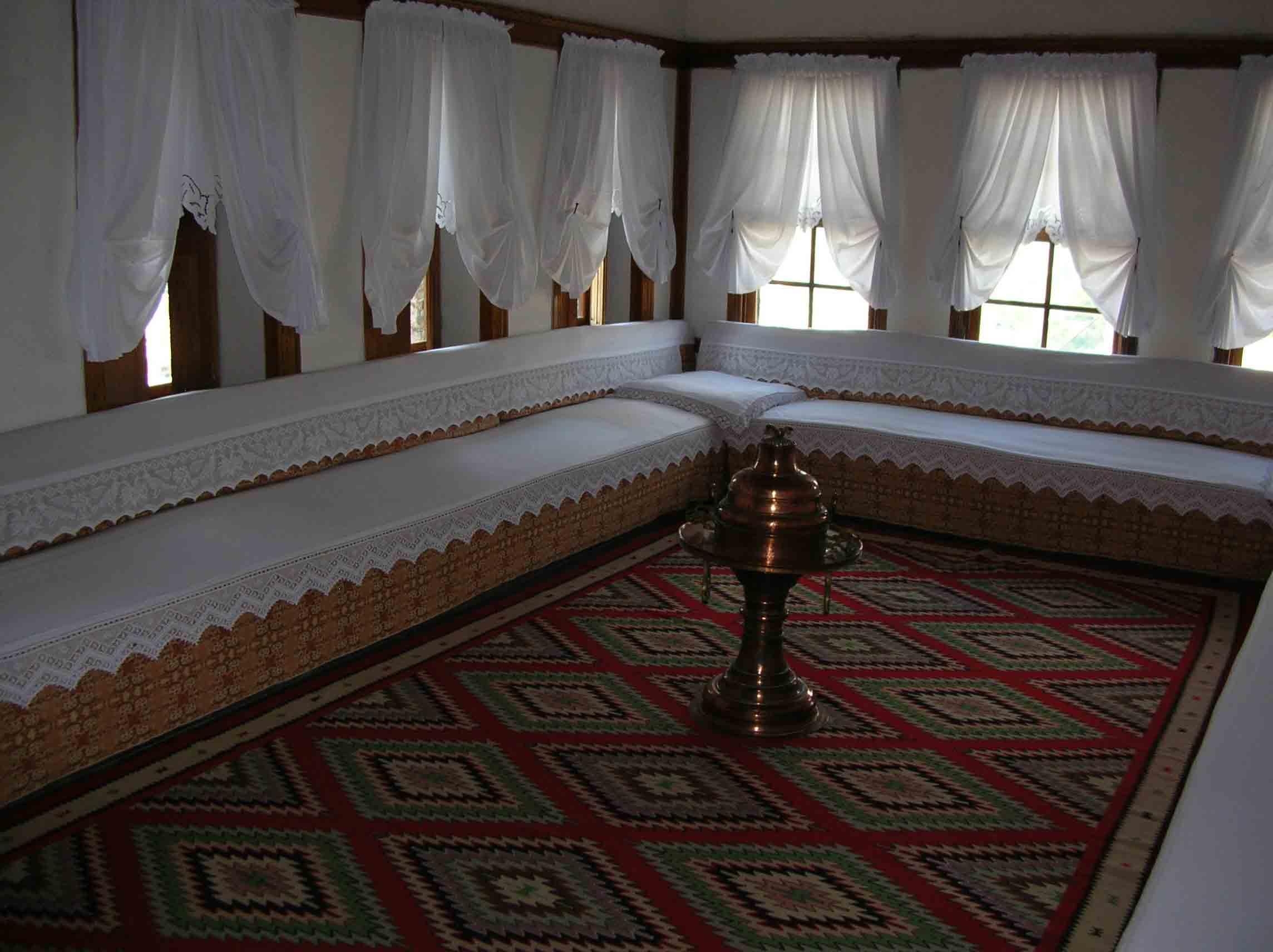 blick ins innere eines altstadthauses in gjirokastra